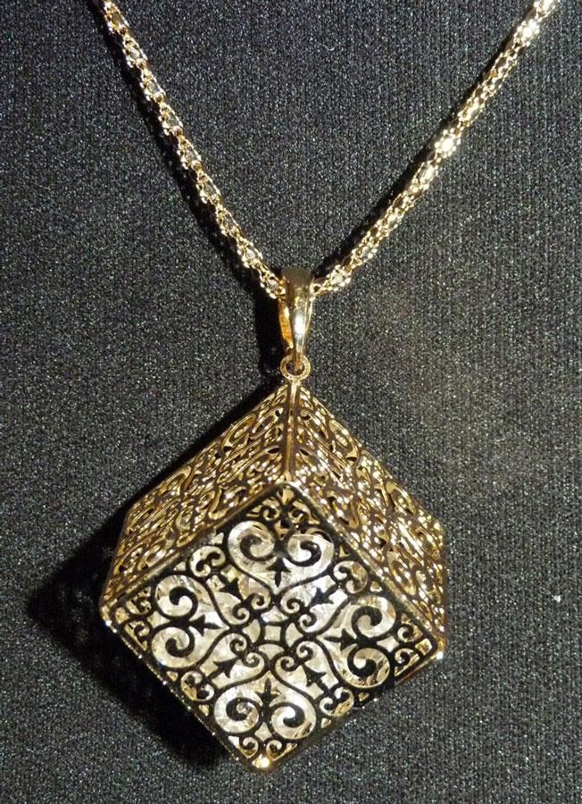 collier pendentif cube dor e motif antique avec faux diamants l 39 int rieur japan attitude. Black Bedroom Furniture Sets. Home Design Ideas