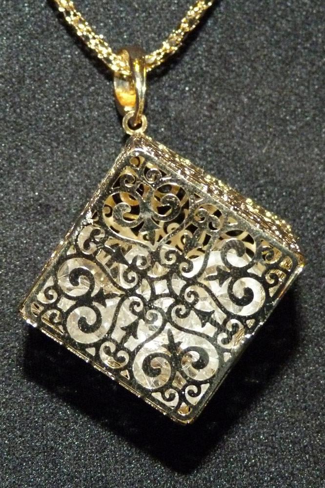 collier pendentif cube dor e motif antique avec faux. Black Bedroom Furniture Sets. Home Design Ideas