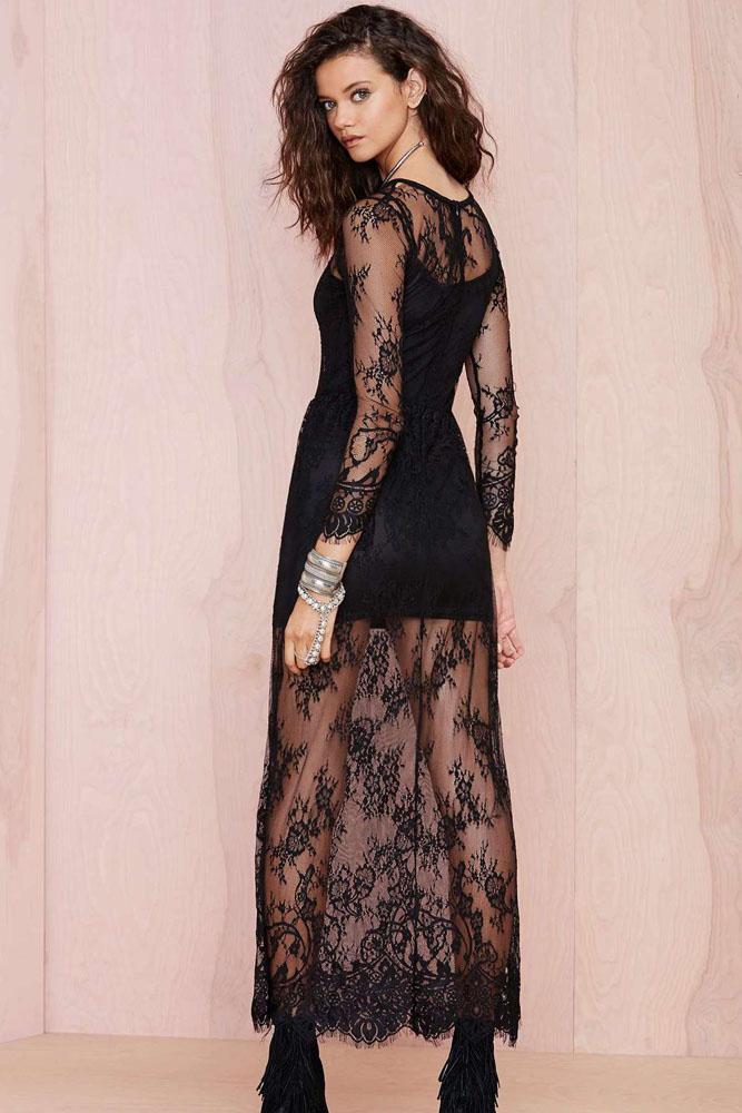 Longue robe noire avec bas, décolleté et manches en dentelle transparente bb5cef2d120e