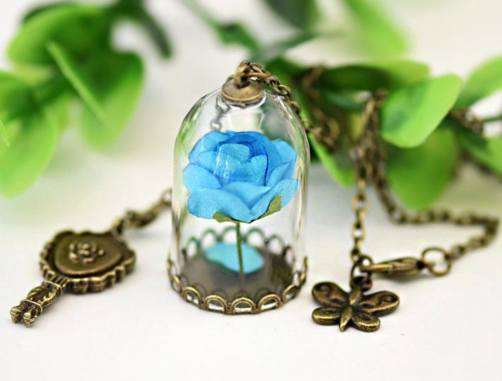 collier rose bleue sous cloche avec petit miroir couleur bronze japan attitude accpen609. Black Bedroom Furniture Sets. Home Design Ideas