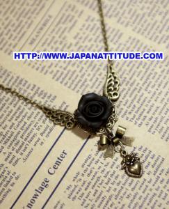 Collier Pendentif Avec Fleur Rose Noir Ailes Nœud Et Cœur Japan