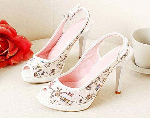 Chaussures escarpin blanche motif nounours et dessin avec paillettes  transparentes. Click to enlarge 592f99d08dad