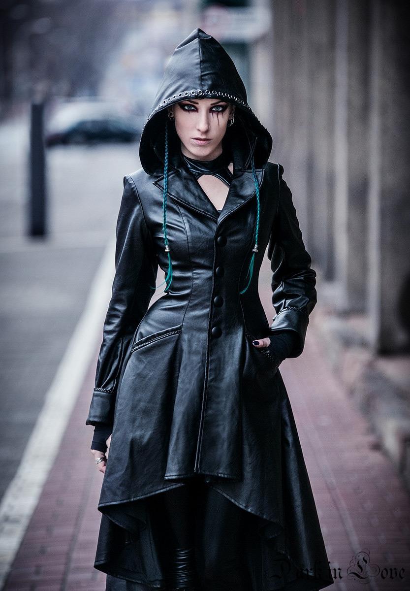 Longue manteau noir imitation cuir avec sangles au dos et capuche gothique  rock Size Chart. Photos shoot. Modèle   Daedra, Styliste   JAPAN ATTITUDE,  ... 252149946ce7